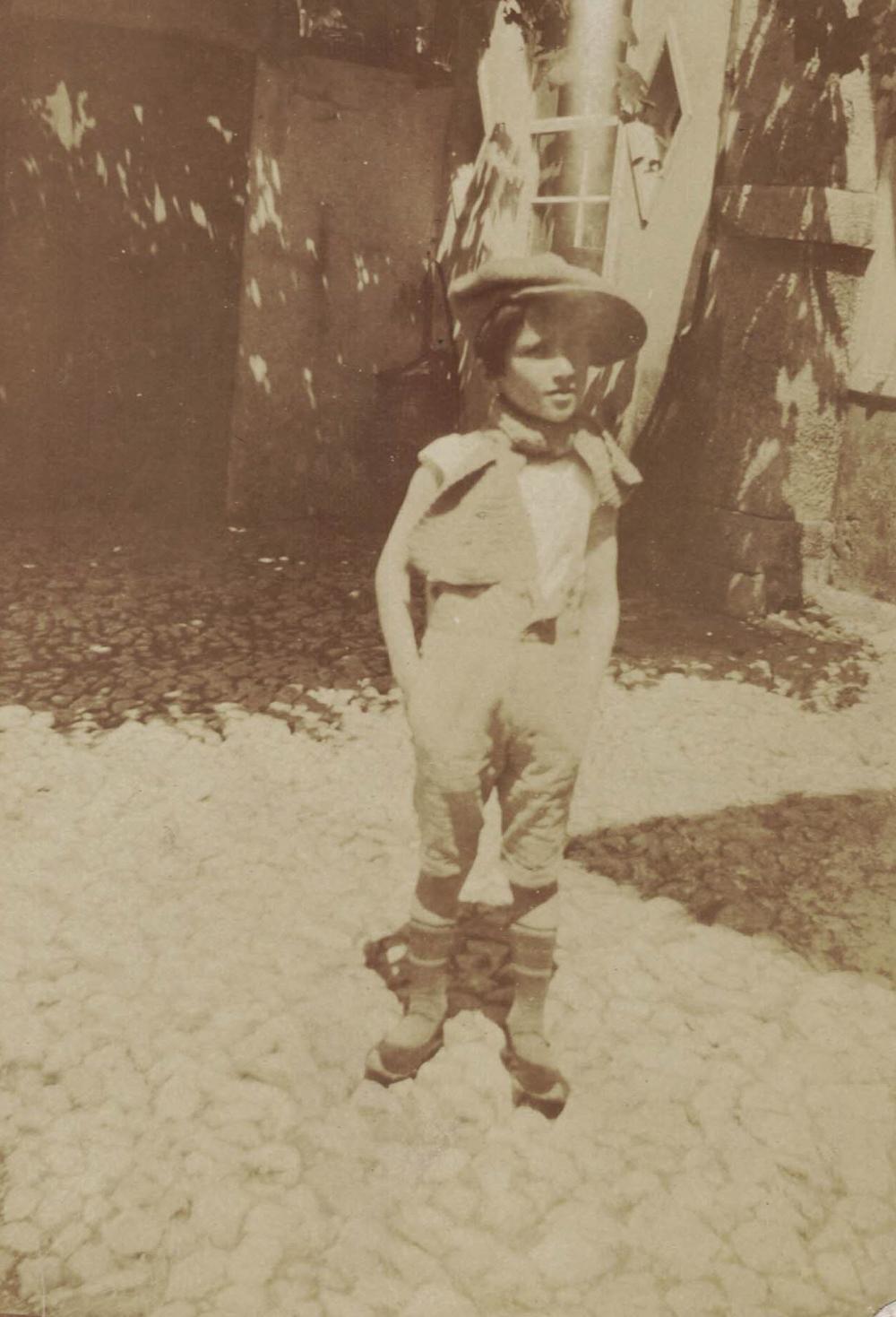 Bimba con scarpèz, cortile di casa Baschiera primo '900