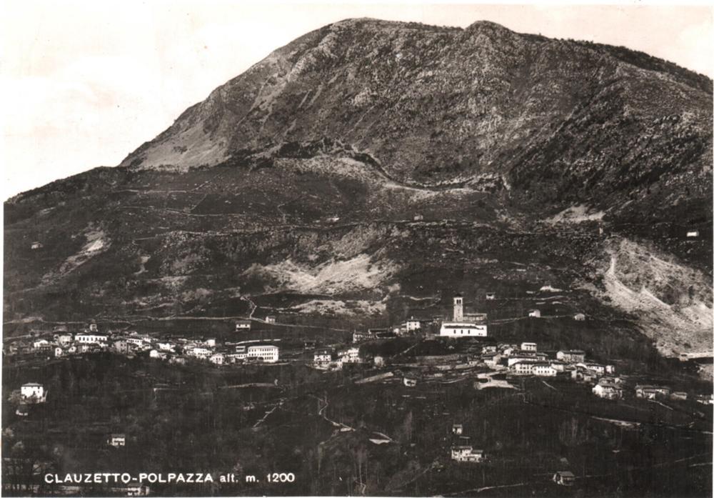 veduta del paese con il monte Pala e la frana del monte Corona, anni '40