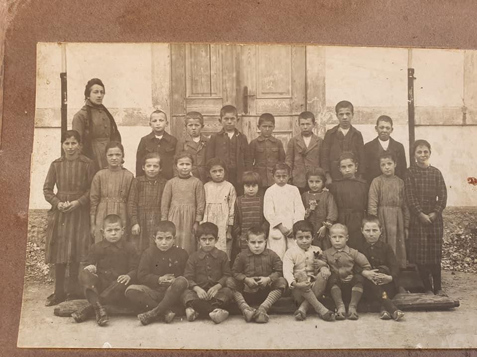 Foto di classe davanti al Municipio/scuola
