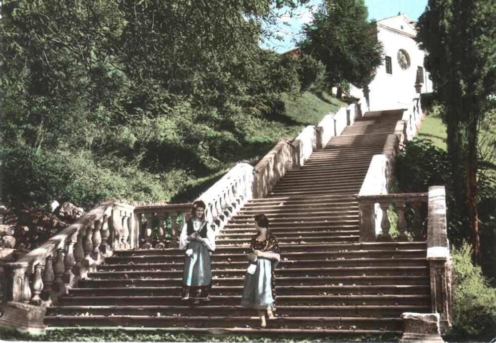 Donne in costume tradizionale sulla scalinata, anni '60