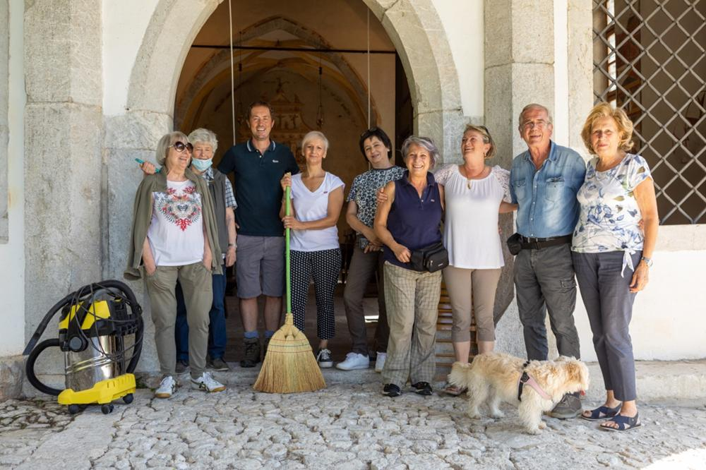 Volontari al termine della pulizia dopo il restauro