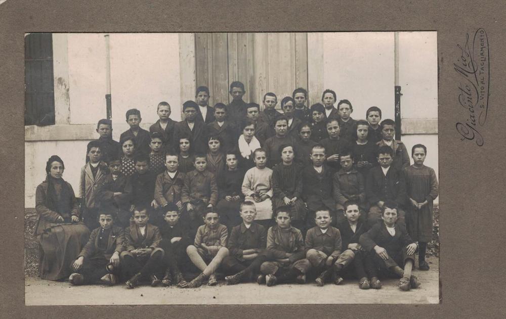 Foto di altra classe davanti al Municipio/scuole