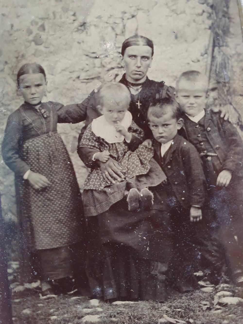 Gruppo di famiglia (padre assente, emigrato in Germania)